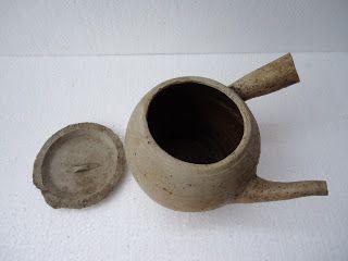 Sebuah periuk jamu antik China / godokan jamu terbuat dari tanah liat dalam kondisi utuh