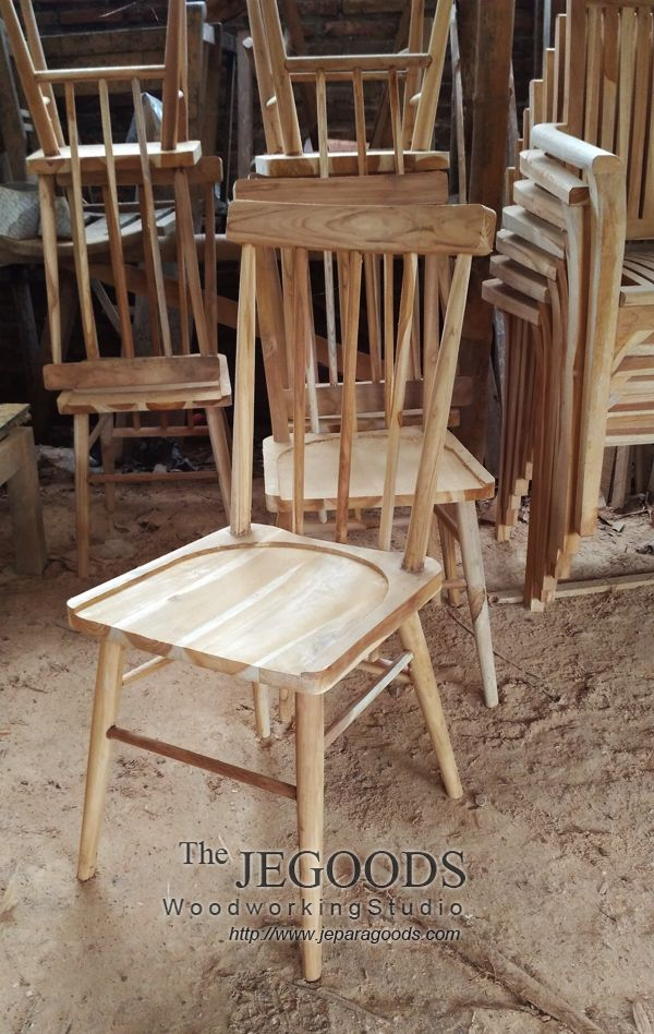 Production and manufacturing of retro mid century chairs by Jepara Goods Woodworking Studio.  #teakchair #scandinavianchair #teakretro #retrochair #teakfurniture #indonesiafurniture