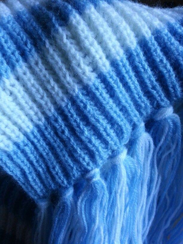 Sciarpa di lana con frange realizzata con i ferri