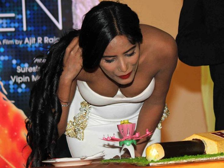 Poonam Pandey : Bollywood Hot and sexy Actress Poonam Pandey in Mumbai on Tuesday appeared on the sidelines of the launch of the poster Helen Bollywood Movie. During this white color the dress of Poonam made this beautiful evening and pleasant. Here's a glimpse of Invet