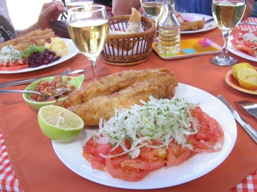 Pescado frito con ensalada chilena