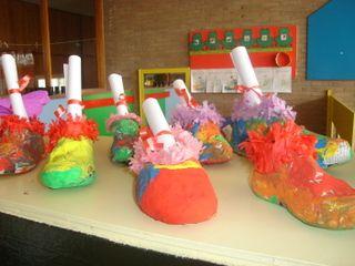 Thema Sinterklaas:  De kinderen brengen een oude schoen mee. Ze behangen hem met papier-marché. Daarna worden ze geschilderd. De kleurrijke schoenen kunnen onder de 'schoorsteen' in de klas.