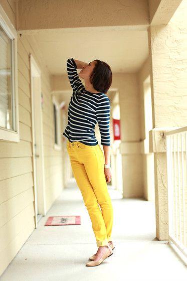 Amo calça amarela com blusa de listas preto e branca ou azul marinho e branca!