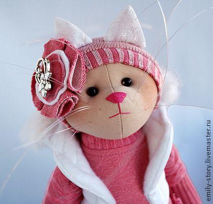 Кошечка Deborah. Deborah — маленькая фигуристка.  Кошечка энергичная, ловкая и активная. Очаровательная малышка  любит розовые и белые цвета и стремится стать талантливой фигуристкой:)    Игрушка самостоятельно стоит, ножки на пуговичном креплении.