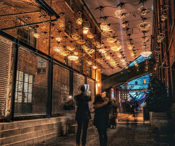 В этом году, на фестивале света в Амстердаме, благодаря интерактивной светодиодной инсталляции «Social Sparkles», за посетителями следовали светлячки во время посещения Ботанического сада города Амстердама.Под большими деревьями на небольшой площади было расположено облако из 100 светодиодных элементов, которое тихо и смерено, дожидается прихода людей. Когда посетитель попадает на этот участок площади, огоньки вдруг оживают. Маленькие  read more