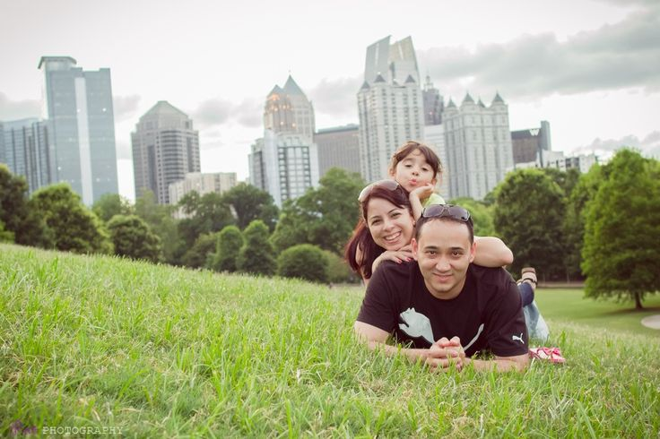 Family photo shoot pose piedmont park atlanta georgia