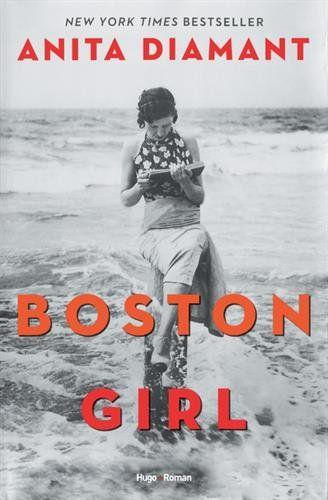 The Boston Girl, c'est Addie Baum, née en 1900 de parents immigrés polonais, peu préparés et plutôt suspicieux à l'égard de la culture américaine qui tentent d'élever leurs trois filles dans la tradition juive de l'Europe de l'Est. Mais la curiosité et l'intelligence d'Addie la propulse dans un tout autre monde, fait de jupes courtes, de films, de livres et de nouvelles opportunités pour les femmes. Un monde dans lequel une fille termine le lycée, va à l'université, a une carrière et trouve…