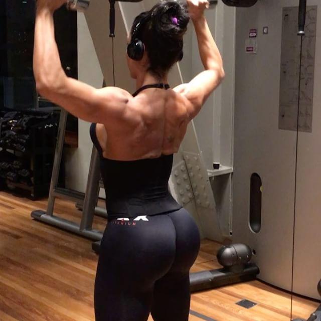 04. Elevação látero-frontal 3x10 + Crucifixo inverso na máquina 3x15  05. Desenvolvimento livre 3x10+12+15 (diminuindo o peso )  06. Elev lateral 10 X 10 com 10 seg de intervalo #fimdetreino by @morennahcamila #mundobt #treinodagra #teamgracyanne #bumbumnanuca  #teammaxtitanium #trainingvideos #hardcore #glutes #biggerbutt #curvesaresexy #sexylegs #squats #femaleworkouts #butt #femalefitness #curves #butts #bigbutt #buttworkouts #femalemodel #bootybuilder #buttpics