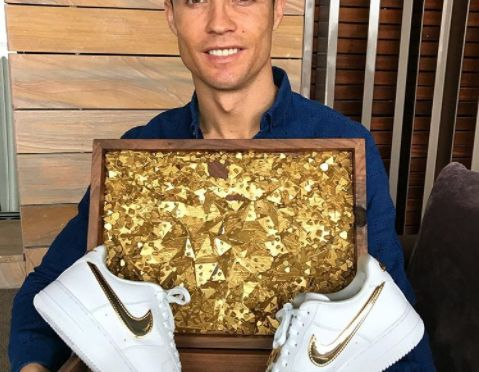 Nike Gifts Cristiano Ronaldo Got This 24K Gold Nike Air Force 1 From Nike For His 33rd Birthday   Cristiano Ronaldo recently turned 33. To celebrate the birthday of the best soccer player in the world, Nike gifted the superstar a 24k plated iter... http://drwong.live/sneakers/nike-gifts-cristiano-ronaldo-24k-gold-nike-air-force-1/