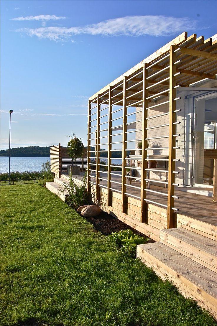 Trädäck/terass med olika rum och spaljéer