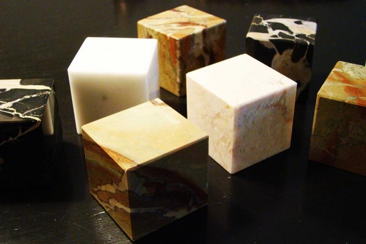Mooie sokkeltjes van marmer uit Carrara, Italie