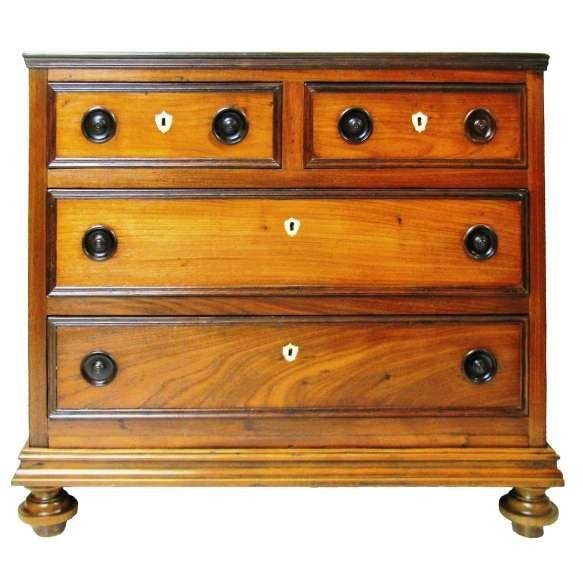 Bela cômoda com influência D. Maria em jacarandá, rádica e vinhático com 2 gavetas. Espelhos das chaves em baquelite. Med. 89x96,5x48cm.