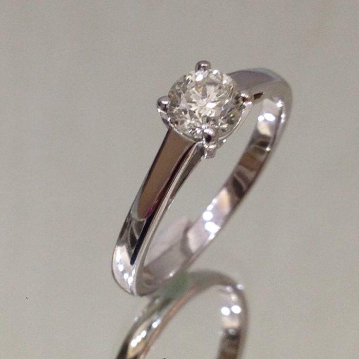 Anello solitario in oro bianco 18 kt con diamante ct. 0,61 M color SI euro 990 Unico disponibile www.millegioiellitorino.com