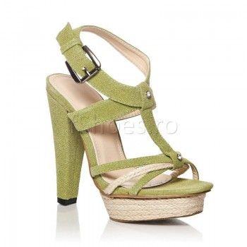 Sandalele Twist – Verde sunt ideale pentru acest anotimp. Verdele lor inspira prospetime…Au un toc de 13 cm care va ofera stabilitate, motiv pentru care le puteti lua la plimbare impreuna cu jeans. Astfel veti obtine o tinuta casual de bun gust.