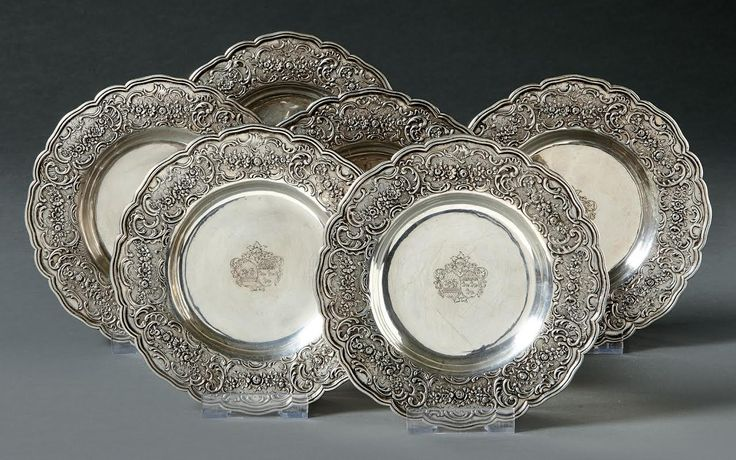 A set of six silver plates with arms of alliance and hallmark of the farmer Jean Jacques Prevost (1762-68), Paris, around 1765. Ø 20,5 cm. Start price: 2,500 Euro.