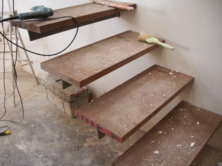Escalera met lica con pelda os empotrados pelda os de - Peldanos de madera para escalera ...