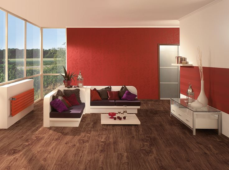 Optați pentru o culoare a parchetului laminat care să contrasteze cu nuanța pereților și cea a mobilierului.