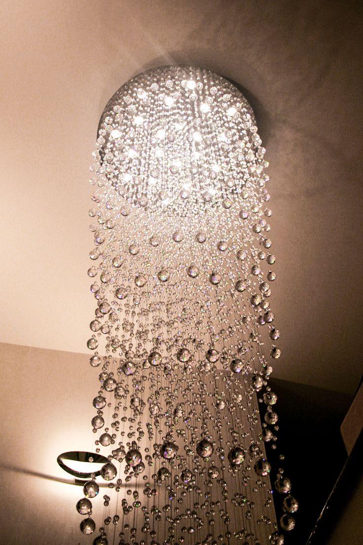 Piękna kryształowa, nowoczesna lampa w holu willi. Lampa według indywidualnego projektu.