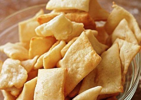 Le crescentine fritte si preparano impastando la farina con il sale ed il lievito sciolto nel latte, la pasta verrà poi stesa ritagliata in riquadri e fritta in padella. Scopri i passaggi delle crescentine fritte