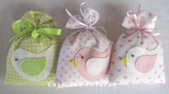 Sachê Passarinho, em tecido estampado com aplique em feltro. Ideal para ser usado como lembrancinha de maternidade ou aniversário. Essências: cheirinho de bebê, talco de bebê, chiclete, caramelo, chocolate, morango, morango com creme, baunilha, brownie, biscoito de natal.