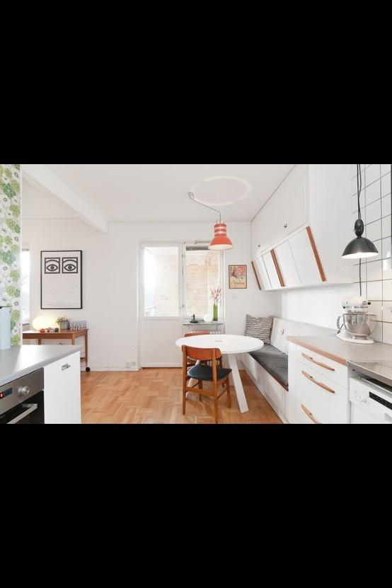 Köksbänk som övergår i kökssoffa och fina köksskåp