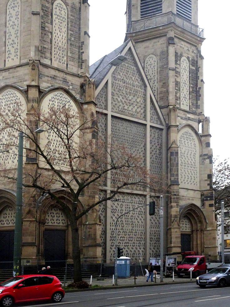Düsseldorf - Duitsland - St. Mariä Empfängnis (Marienkirche - Oststrasse). Deze kerk uit 1894 werd na de bombardementen van WO-II niet geheel meer in oude stijl hersteld. De nieuwe ramen zijn in 1957 in beton gezet, wat goed zichtbaar is van de buitenkant. Foto: G.J. Koppenaal - 6/12/2017.
