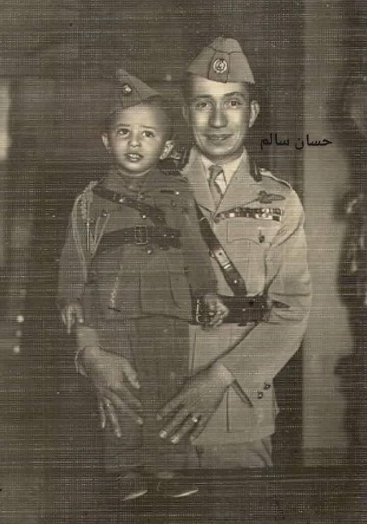 الملك غازي يحتضن ابنه الملك فيصل الثاني رحلتهما في الحياة كانت قصيرة فقد توفي الملك غازي بحادث سيارة وعمره 27 عام ا Baghdad Iraq Historical Photos Baghdad