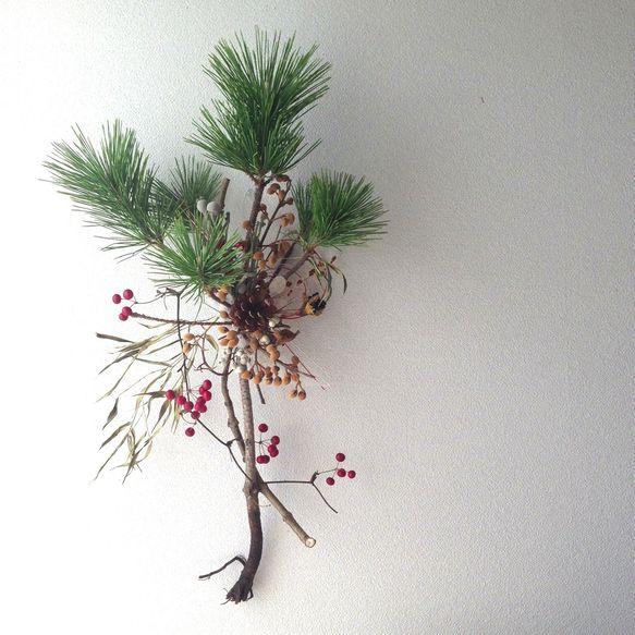 生花の根引松 サンキライ 竹 シルバーブルニア ドライの松笠 月桃 ナンキンハゼ 桐の蕾 シダ水引 プリザーブドフラワーのモスお正月用の、松飾りです。 約65... ハンドメイド、手作り、手仕事品の通販・販売・購入ならCreema。