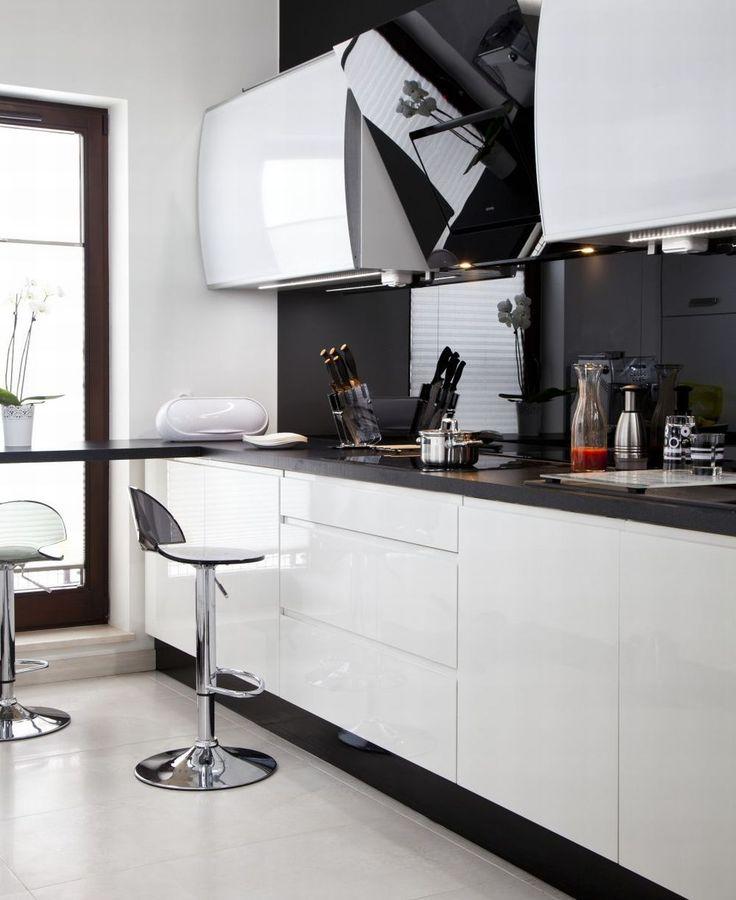 <p>Kuchnia z salonem urządzona jest na zasadzie kontrastu bieli i czerni. Kuchnia z salonem jest elegancka i nowoczesna, ale przytulna. Kontrastowe wnętrze daje wrażenie porządku i czystości.</p>