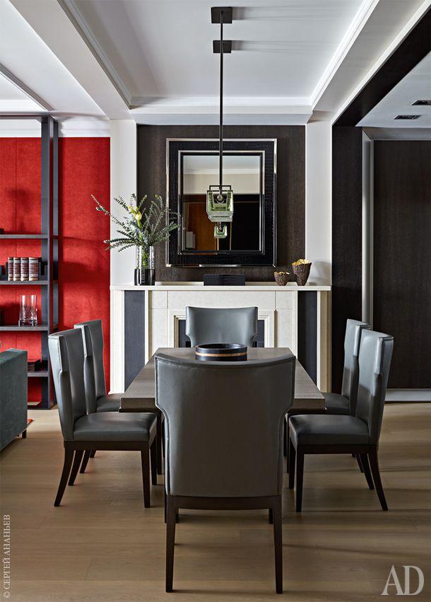 Зона столовой. Обеденный стол и стулья, Christian Liaigre. Люстра, Alison Berger   Glassworks. Зеркало над камином, Ralph Lauren Home.