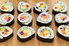 Aprenda a fazer sushi em casa! É fácil e delicioso. Enrole o sushi em alga nori ou alface e para o recheio use fruta e legumes.
