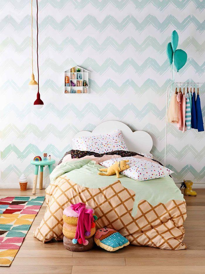 Sempre achei decoração de quarto infantil algo meio forçado, aquele edredom e lençol temático de desenho, excesso de adesivos e cores fortes, tudo é muito, tudo em exagero, e então …