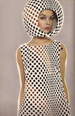 hoofddeksel en jurk in zelfde motief = kicken! // Harper's Bazaar, April 1965  Photographer: Richard Avedon  Model: Jean Shrimpton
