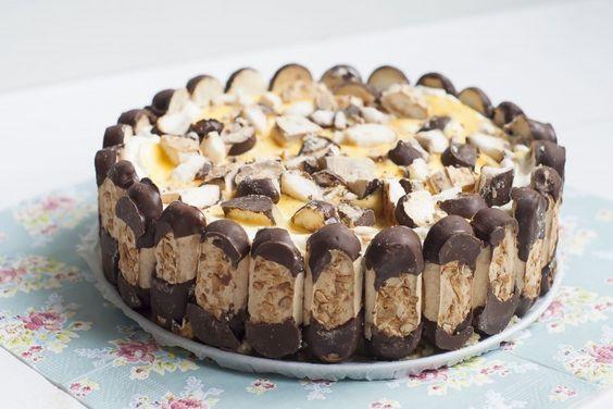 Een heerlijk recept van Annemieke van de fijne foodblog Sweet Little Kitchenvoorbokkenpootjestaart. Supersimpel en zonder oven te maken! Bekleed de bodem van de springvorm met bakpapier. Snijd 100 grambokkenpootjes over de lengte door de helft. Snijd de andere 300 gram bokkenpootjes in stukjes (deze gebruik je straks in de vulling). Snijd de cake in plakken …