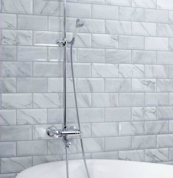 Nyhet! Marmorerad fasad biselado 5x20 #nyhet #trendspaning #inredning #stonefactory #kakel #renovera #badrum