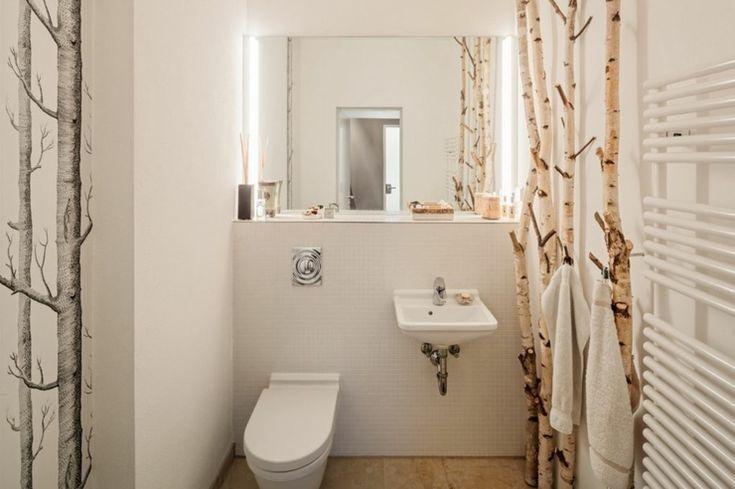 Toilettes pour les invités à la déco créative aux troncs de bouleau