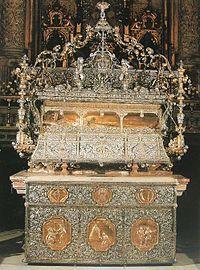 Sevilla Catedral de Santa María Urna en plata de Fernando III el Santo