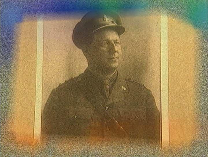 L'ABBÉ CROCHETIÈRE - Rosaire Crochetière était aumônier militaire. Il devait organiser des messes pour les soldats francophones pendant la première guerre mondiale et suivre les hommes sur la première ligne de feu, assistant les mourants et prodiguant les soins aux blessés. Il mourra au champ d'honneur, atteint par un obus.