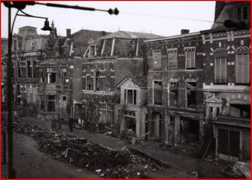 Voor een deel opgeruimde ravage na het bombardement op de Staionsweg Leiden. Bombardement was 11 december 1944