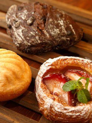 全国のパン好きにも言わずと知れたパンの街、京都。小さな町のそこここに、美味しいパン屋さんが潜んでいます。街中にオープンした話題の新店、昔ながらの素朴なパンが味わえる老舗、わざわざでも行きたい郊外の名店……そのスタイルはさまざま、パンを巡るおいしい物語をご紹介します。