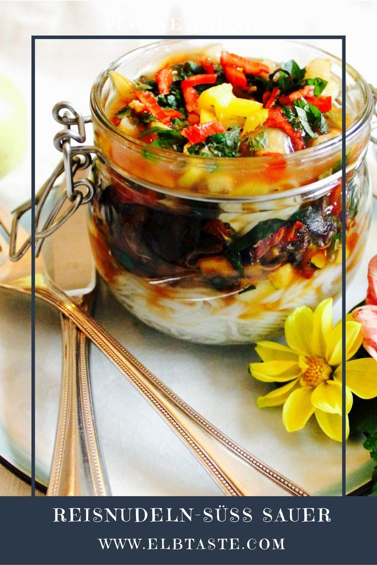 Einfach köstlich und so praktisch für unterwegs!  Vegane Reisnudeln mit Gemüse an süß-saurer Sauce!  Für die Süß-Sauer-Sauce: 100 ml Apfelsaft 100 ml Agavendicksaft 4 EL Birne klein gewürfelt 250 ml Wasser 3 EL Sojasauce 4 EL Tomatenketchup 3 EL Reisessig 2 EL Reiswein 1 EL Sesamöl 3 EL Reisstärke Das gesamte Rezept und die Zubereitung dieses wunderbaren Gerichts findet ihr auf unserem Blog: www.elbtaste.com