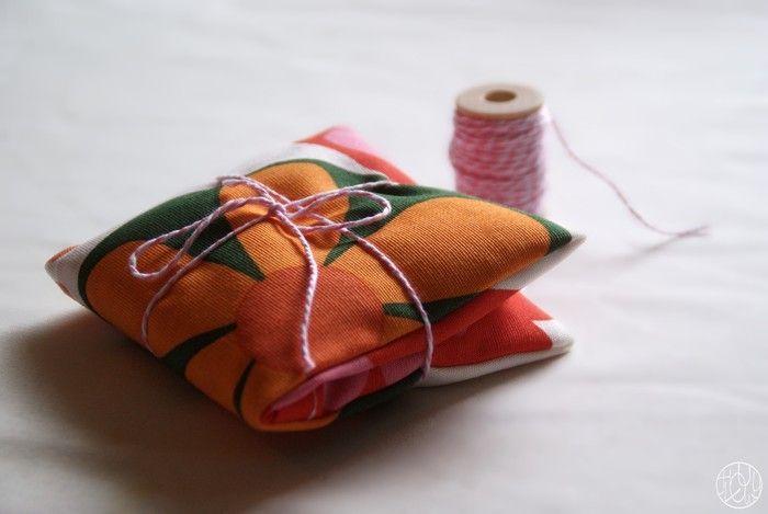 Une jolie bouillotte sèche à confectionner pour être au chaud tout l'hiver !   Le tuto est par ici : http://makeri.st/tuto-bouillotte-seche