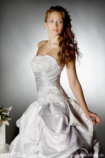 ALISON  Описание:  Свадебное платье ALISON выполнено в стиле «Шар». Верх платья плотно облегает женскую фигуру, тем самым подчеркивая ее достоинства. Пышная атласная юбка имеет оригинальную драпировку и небольшой шлейф. Универсальность данной модели позволяет использовать широкий выбор аксессуаров. Основной материал, использованный для пошива платья - атлас. На лифе платья и уровне талии использовалась кружевная отделка. http://www.dream-dress.ru