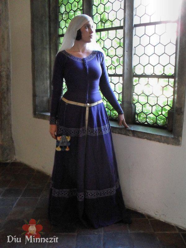 Cotehardie aus mit Cochenille und Indigo gefärbter Wolle, mit handgesponnener Seide bestickt