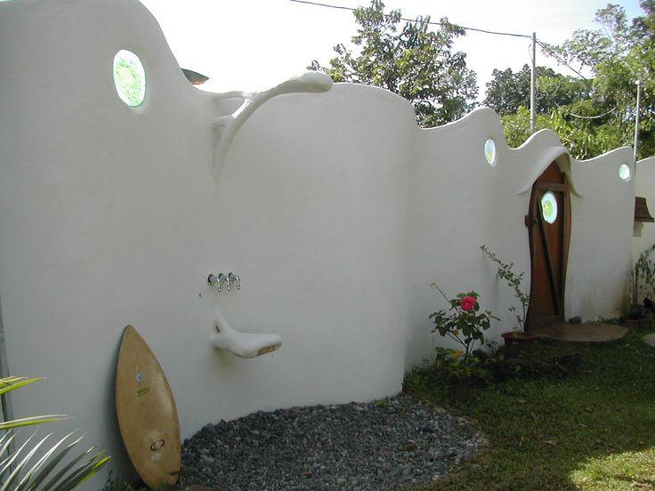 Muro calle con ducha exterior.  Si quieres ver más, visita OneDreamArt.com