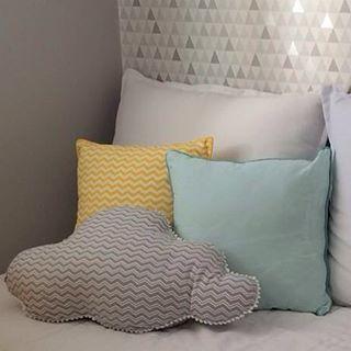 Quarto de bebê by Studio Noble Savage. As almofadas são essenciais para compor a cama da babá. Elas além de devorar lindamente e dar personalidade ao decor, elas dão aconchego e suporte nas costas ao sentarmos na cama! Aqui, mais é mais!  BABY DECOR By #studionoblesavage