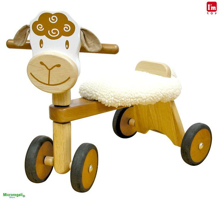 Triciclo in Legno PECORELLA cm 47x42x30 per bambini. Primi Passi. Età 19 Mesi. I'm Toy.I'm Toy sono giochi e giocattoli prodotti in Thailandia, sono Eco Friendly poiche' utilizzano legno di alta qualita' degli alberi della gomma che non sono piu' produttivi e vengono quindi abbattuti. In questo modo si da nuova vita al legno.