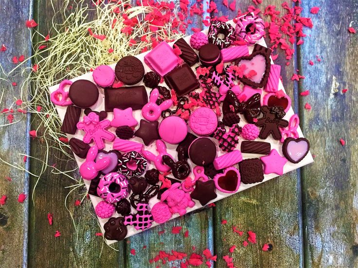 Шкатулка - это идеальный подарок, совмещающий в себе красоту и практичность. Магазин подарков Candy Clay занимается неповторимым декором и оформлением деревянных шкатулок.