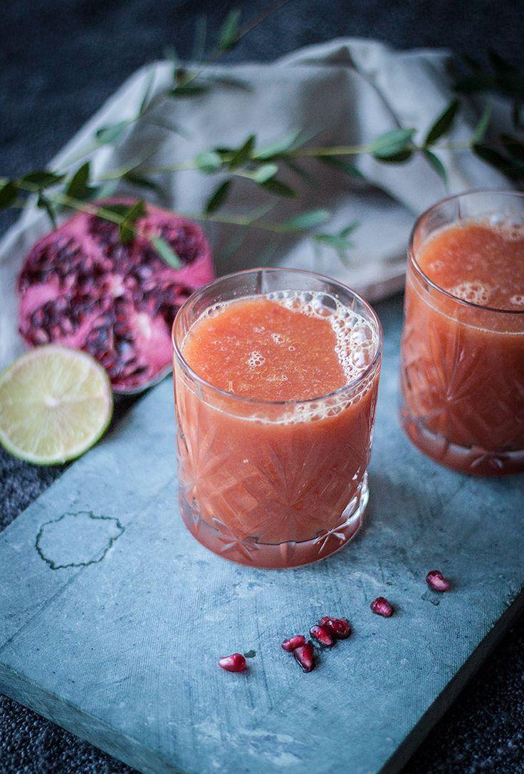 [ Apelsin– & granatäpplejuice med lime ] 2 glas. { Ingredienser } 3 apelsiner / 1 granatäpple / 1 lime. { Metod } Dela frukterna på mitten, tryck ut saften med hjälp av en juicepress. Häll upp i glas. Njut av den söta & syrliga vitamininjektionen!