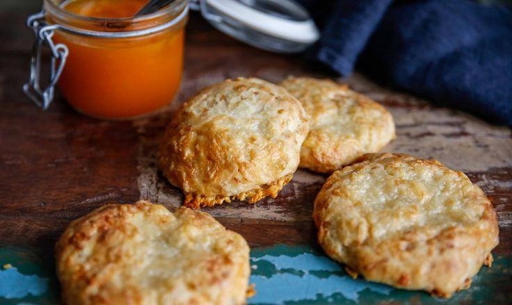 Lättbakade ostscones till helgfrukost är något som hör hösten till. Här har du ett riktigt smarrigt recept!